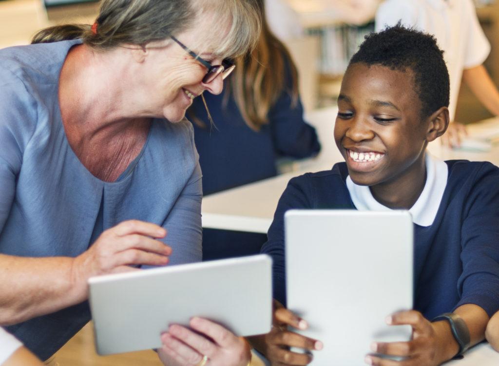 Bénévole aide un jeune adolescent à faire ses devoirs